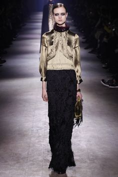 Dries Van Noten Fall 2016 Ready-to-Wear Fashion Show This girl likes always concerned about smething