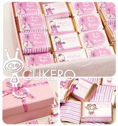 Caja rectangular forrada con mini chocolates de souvenir. Chocolates, Cricut, Baby Shower, Mini, Design, Births, Christening, Crates, Bebe