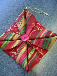 Katrina's Tutorials: Fabric Ornament Number Two Folded Fabric Ornaments, Quilted Christmas Ornaments, Christmas Origami, Handmade Ornaments, Handmade Christmas, Christmas Coasters, Christmas Star, Christmas Patchwork, Christmas Sewing