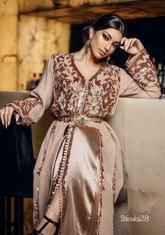 Caftan zmani Morrocan Dress, Moroccan Bride, Moroccan Caftan, Abaya Fashion, Muslim Fashion, Fashion Dresses, Oriental Dress, Oriental Fashion, Mode Abaya
