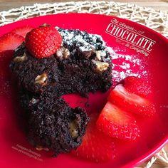"""Brownie a la taza """"fit"""" (al micro)  1 cda de cacao en polvo 1 cda harina de avena 1 chorrito de leche 2 cdas de aceite de coco Nueces 2 onzas de chocolate Edulcorante"""