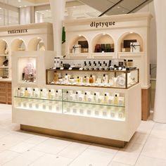 diptyque (ディプティック)|SHOP|渋谷ヒカリエ ShinQs(シンクス) Perfume Display, Perfume Store, Kiosk Design, Booth Design, Kitchen Pantry Design, Cosmetic Shop, Showroom Design, Retail Store Design, Shops