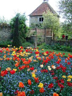 Garsington Manor (Tudor), Oxfordshire, in countryside context Parks, Champs, Places In England, English House, Garden Structures, English Countryside, Dream Garden, Dream Vacations, Beautiful Gardens