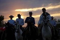 23. Mai 2015. Die behüteten Herren hoch zu Ross sind auf dem Weg zum Wallfahrtsort El Rocio, einem Dorf in Almonte, Südspanien. Jedes Frühjahr kommen tausende von Pilgern, um die Jungfrau von Rocio zu ehren.