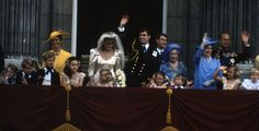Prince Andrew Duke of York and Sarah Ferguson Duchess of York with members of the royal family on the balcony at Buckingham Palace on their wedding. Duchess Of York, Duke Of York, Duke And Duchess, Prince Andrew, Prince Phillip, Royal Brides, Royal Weddings, Sarah Ferguson Wedding, Beatrice Eugenie