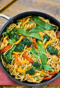 A classic Chinese dinner recipe made with stir fry vegetables in hot oil. Tossed in a sweet honey garlic sesame soy sauce. Stir Fry Meat, Quick Stir Fry, Chinese Stir Fry, Asian Stir Fry, Vegetable Lo Mein, Vegetable Stir Fry, Chinese Vegetables, Fried Vegetables, Chinese Dinner