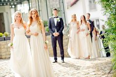 Brautjungfern in beigen/nudefarbenen Kleidern mit Armsträußchen bei www.weddingstyle.de| Foto: Manuel Thomé