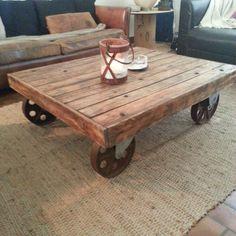 Toujours avec des élèments de Récup, voici une table basse industrielle fabriquée à partir d'un caillebotis (trouvé chez Stations services) et de roues en métal rouillé abandonnées aux intempéries…  On nettoie, on ponce, on teinte, on vernit et le tour est joué…