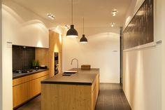 Een puur eiken keuken met lintzaagmotief en strak gelijnde greeplijst