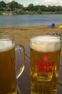 Auf ein Bier am Weserstrand in Bremen. Prost!