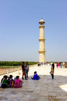 pátio em mármore branco e uma dos 4 minaretes de 40 metros