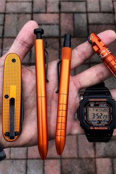 This all orange edc pocket dump is dope Tactical Pocket Knife, Edc Tactical, Edc Carry, Carry On, Urban Edc, Edc Gadgets, Engraved Pocket Knives, Everyday Carry Gear, Outfits Hombre