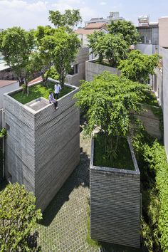 """Vo Trong Nghia Architects -VIETNAN Casa das Árvores"""", casa-protótipo dentro de orçamento de 155.000 USD, p/ devolver o verde à cidade. Cinco caixas de concreto, cada 1 abriga um programa diferente, são concebidos como """"panelas"""" para plantar árvores em suas partes superiores. C/ camada de solo de espessura, esses """"potes"""" também funcionam como bacias de águas pluviais p/ a retenção, contribuir para reduzir o risco de inundações."""
