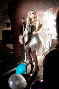 Avril Lavigne is a Canadian singer known for the singles Complicated, I'm With You, Girlfriend, When You're Gone, What The Hell and Keep Holding On. Tyler Posey, Pop Punk, Daniel Radcliffe, Paramore, Oprah Winfrey, Jennifer Lopez, Avril Lavigne Style, Avril Levigne, Estilo Rock