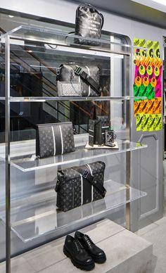 ご存知の通り、Louis Vuitton(ルイ・ヴィトン)がFragment Design(フラグメントデザイン)=藤原ヒロシとのコラボによって2017年秋冬プレコレクションを制作し、コレクションを国内先行販売するポップアップを開催中。ポップアップのレセプションにあわせて来日したルイ・ヴィトンのメンズ・コレクション アーティスティック・ディレクターのキム・ジョーンズと、コラボレーターの藤原ヒロシに今回の一大プロジェクトについて語ってもらった。