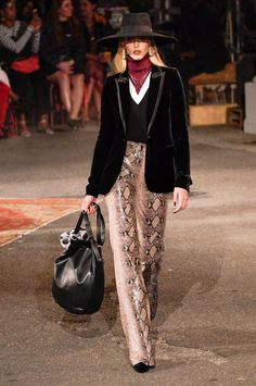Tommy Hilfiger Fall 2019 Ready-to-Wear Fashion Show Collection: See the complete Tommy Hilfiger Fall 2019 Ready-to-Wear collection. Look 29 Tommy Hilfiger Looks, Street Chic, Street Style, Vogue Us, High End Fashion, Fashion Show Collection, Womens Fashion, Fashion Trends, Fashion Ideas