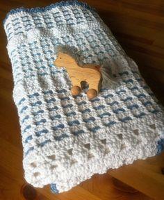 Háčkovaná dětská deka pro miminko - kluka.  Je podšitá fleecovou dekou krémové barvy.  80x60 cm.