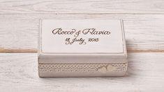 Das kleine, rustikale Ring-Box ist ein schickes Accessoire für Ihren Hochzeitstag, die später als eine schöne Erinnerung an den Hochzeitstag zu dienen. Handgraviert mit eigenen names und...