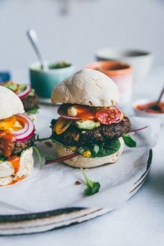 Either as a snack or meal these burgers of Nourish Atelier are great option for midweek burger evolution. They are amazing black bean burgers. Love Food, A Food, Food And Drink, Bagels, Flammkuchen Vegan, Black Bean Burgers, Vegetarian Recipes, Healthy Recipes, Vegan Burgers