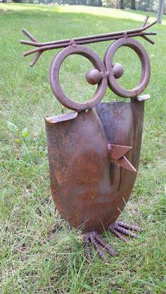 une pelle récupérée comme accessoire de décoration pour le jardin, faite en forme de hibou, décorer son jardin, déco jardin récup