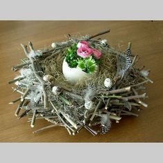 Centerpiece that looks like a nest for spring//Pasen - foto's Deco Floral, Arte Floral, Easter Flowers, Spring Flowers, Easter Projects, Easter Crafts, Bird Nest Craft, Deco Nature, Spring Crafts