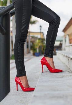 Beyaz pantolonlar Beyaz evrensel bir baz rengi olduğundan her renkte ayakkabıyla hoş duracaktır. Bununla birlikte beyaz pantolonu siyah ayakkabılarla giymeyi tercih etmeyin. Siyah yerine yaratıcı renkler kullanın ya da nude tonlarında bir ayakkabıyla şık görünün. Gri pantolonlar Gri rengi pantolonunuzu herhangi bir ana renk ayakkabıyla rahatça giyebilirsiniz. Eğer farklı tasarımı olan bir ayakkabınızı giymek istiyorsanız …