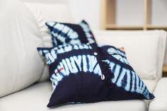 Cette housse de coussin en Indigo, tissu traditionnel africain en coton apportera une touche d'originalité à votre intérieur. Avec ses nuances de bleu marine et bleu ciel, notre housse faite à la main saura se fondre dans votre déco qu'elle soit bohème ou encore ethnique.  Ce coussin original est agrémenté de petit cauris argentés. Indigo, African Fabric, Throw Pillows, Couture, Bleu Marine, Ciel, Linens, Traditional, Slipcovers