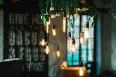 """СКАЗОЧНЫЙ СТИЛЬ. """"СВАДЬБА В ЗЕЛЕНОМ"""" Лампа со свисаниями от Mr.Edison #ретрогирлянды #лампаЭдисон #гирляндыслампами #декор #свадьба"""