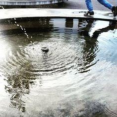 Mit Brunnentanz ins Wochenende - #vidmar #rappardplatz #hardegg #vidmarhallen #indiansummer #altweibersommer #brunnen #spiegelung #reflektion #bern #weissenstein #schweiz #sonne