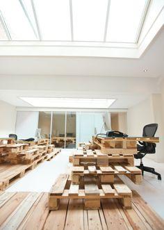 画像: デスクや階段が木製パレットを組み合わせて作られたオフィスの写真 - NAVER まとめ