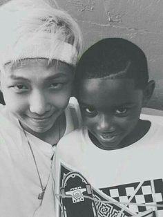 Ownnnnnnn o Namjoon é a pessoa mais fofa do mundo e esse garotinho tbm ahhhhhhh q menininho fofo!