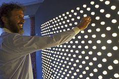 O professor Pedro Cunha de Holanda, do Museu de Ciências  http://www.unicamp.br/unicamp/noticias/2015/08/13/mc-traz-exposicao-sobre-cor-e-luz
