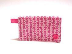 Porta cartões em uma estampa suave e delicada...  -porta cartão com duas divisórias internas,pra cartões de papel ou plástico -material externo algodão estampado floral -forrado com algodão rosa com poá -botãozinho pink -alçinha pink com poá  Medidas  7 cm A x 11cm L (fechado)   14 cm de A x 11cm L (aberto) R$ 12,00