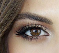 Hello les filles, voici un maquillage des yeux pour la journée ! Alors vous retenez ? – Appliquer un fard crémeux sur la paupière – L'estomper avec un pinceau – Tracer un ras de cil en bas de l'oeil et l'estomper – Utiliser un recourbe-cil et mettre du mascara J'ai fait une petite sélection de …