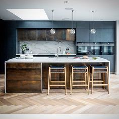 Bronze Brass Kitchen Door and Drawer Fronts These Doors and Drawer fronts were made for a London company who designed this beautiful kitchen! Metal Kitchen Island, Bronze Kitchen, Kitchen Doors, New Kitchen, Copper Splashback Kitchen, Kitchen Soffit, Beautiful Kitchens, Kitchen Interior, Home Kitchens