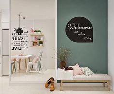 Un espejo en el apartamento hace que el espacio parezca más grande.  Una cita a juego continúa con el tema, mientras que romper la coloración yuxtapuestos.
