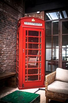 ¿Y lo bien que queda una cabina londinense en el salón? Ayyyy *_*  #Hogar #Decoración #Inspiración
