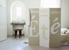 Paravent en toile tendue avec mots d'été en appliqué blanc et beige, comme un triptyque
