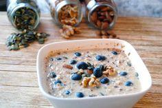 Havermout ontbijt met noten, zaden en bosbessen