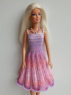 Gebreide jurk met ajourrok voor Barbie. Patroon van Stickatillbarbie.