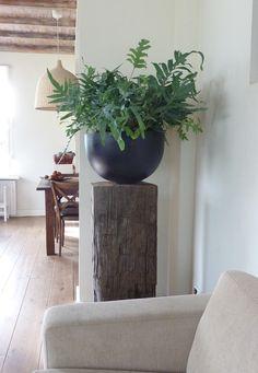 Stoere meerpaal als sokkel of zuil onder een plant voor een authentieke look