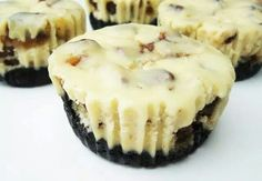 Twix cheesecakes with oreo crust!! How can you go wrong? http://www.therecipediva.com/recipe/twix-cheesecake-47275