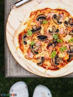 Pizza z szynką i pieczarkami - podstawowy przepis na pizzę