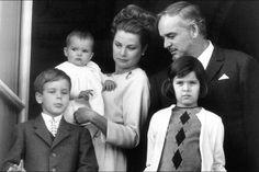 Le prince Rainier III et la princesse Grace avec les princesses Caroline et Stéphanie et le prince Albert à Monaco, en 1966