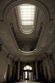 Gorgeous abandoned house - don't know where. The site's in French. Abandoned Mansions, Abandoned Buildings, Abandoned Places, Tadao Andō, French Mansion, Dome Ceiling, Roof Light, Villa Design, Dream Home Design