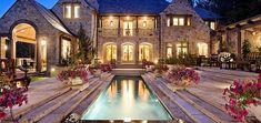 Çok güzel mimarisi, harika dekorasyonu, büyük bahçeleri, havuzları, hayalleri süsleyen güzellikleri ile karşınızda muhteşem villalar. En güzel villalar.