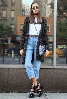 Blusa, t-shirt gráfica, cinto de fivela, mom jeans, sandália de salto tratorado preto