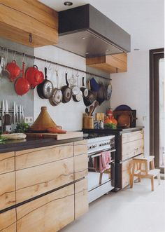 Kitchen is the place at home where family members usually gather together. Thus its design can have a big impact on the overall interior of your home. And wooden kitchen design had often been chosen to give a cohesive appearance in the part of the house. Eclectic Kitchen, Diy Kitchen, Kitchen Interior, Kitchen Dining, Kitchen Decor, Kitchen Ideas, Kitchen Wood, Kitchen Photos, Kitchen Designs