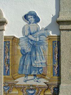 Estação ferroviária de Fronteira - Alentejo, decorada com azulejos que representam cenas rurais alentejanas (1933).