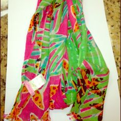 Lilly Pulitzer Scarf Worn once Lilly Pulitzer Scarf! The tag is falling off on one side of the label. Super cute, and can be worn sooo many ways! The scarf is completely dry cleaned. Super flexible ❤️ Lilly Pulitzer Accessories Scarves & Wraps